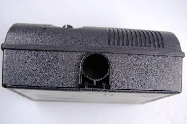 В нижней части корпуса отпугивателя Weitech WK0051 Garden Protector имеется отверстие для кронштейнов