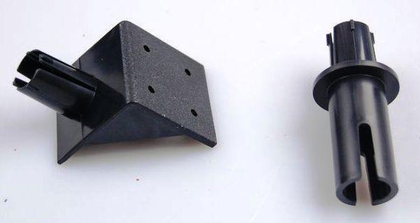 Два кронштейна из комплекта отпугивателя Weitech WK0051 Garden Protector — для крепления на стену и на трубу